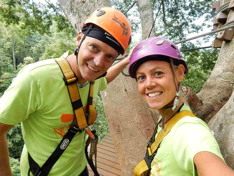 FLASHPACKER | Karin und Henning mit Helm auf einer Plattform beim Zipling in Chiang Mai oin Thailand