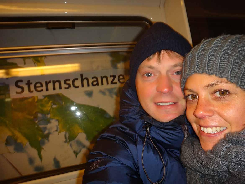FLASHPACKER | Karin und Henning in der U-bahn in Hamburg in Deutschland