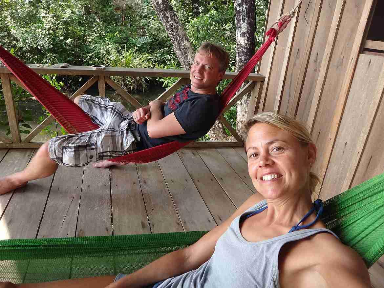 FLASHPACKER | Karin und Henning in Hängematten auf der Veranda einer Holzhütte auf Koh Thmei in Kambodscha