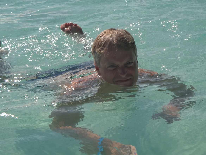 FLASHPACKER | Henning im Wasser auf den Bahamas