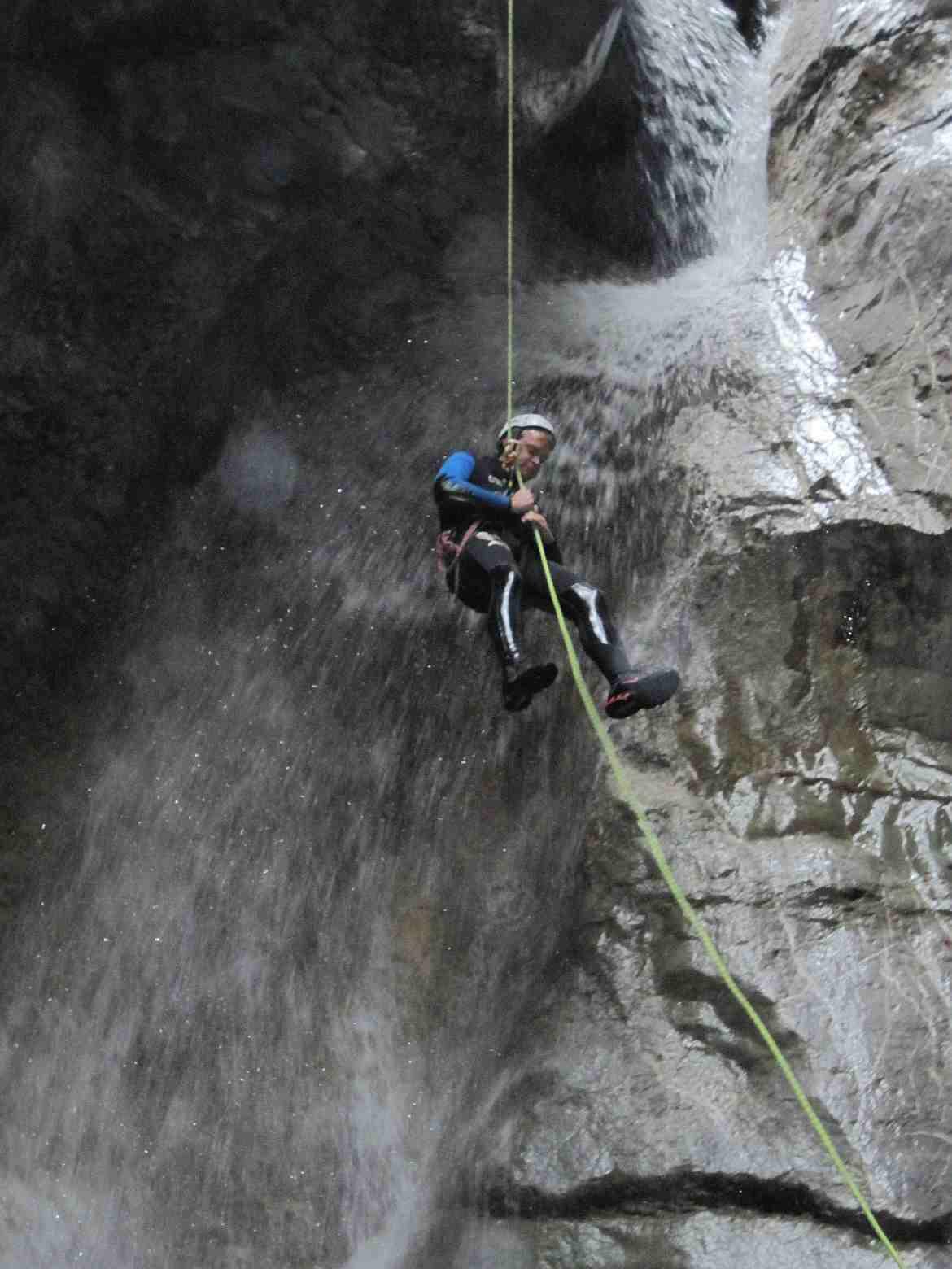FLASHPACKER | Henning am Seil hängend beim Canyoning in Dornbirn