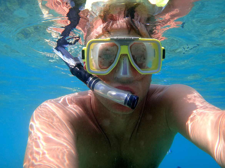 FLASHPACKER | Unterwasseraufnahme von Henning beim Schnorcheln auf den Perhentian Islands