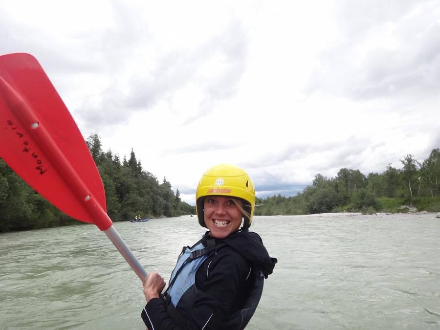 FLASHPACKER | Karin im Kanu auf der Isar bei München in Deutschland