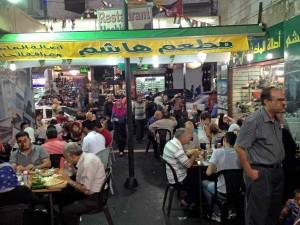 Jordanien | legendäres Restaurant: HASHEM FALAFEL in Amman. Sitzplätze draussen und Jordanien beim Ramadam Essen nach Sonnenuntergang