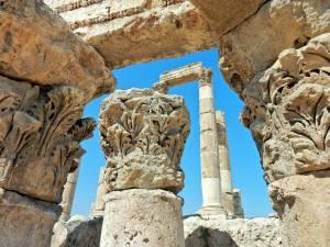 Jordanien | Tempelruinen auf dem Zitadellenhügel in Amman. Nahaufnahme von Steinen der Ruine mit Blumenverzierungen