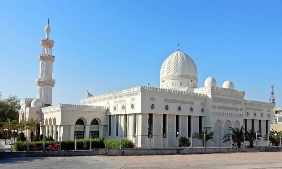 Jordanien | Al Sharif Al Hussein bin Ali Moschee in Aqaba. Weißes Gebäude mit einer runden Kuppel und spizten hoch aufragenden Turm