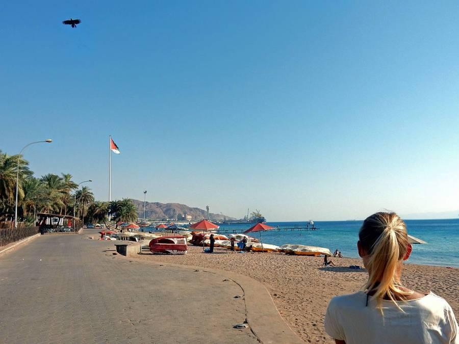 Jordanien | Karin am Stadtstrand in Aqaba mit Blick auf die Promenade die direkt am Meer und Strand entlang führt