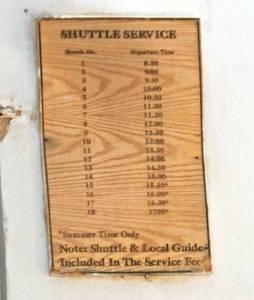 Jordanien | Abfahrtszeiten des Shuttle Service zur Taufstelle Jesu in Bethanien auf einer Holztafel