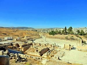 Jordanien | Blick auf das römische Theater in Jerash. Alte Säulen und andere Ruinen der entdeckten Stadt bei blauem Himmel