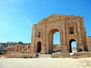 Jordanien | Torbogen einer alten Ruine in Jerash bei blauem Himmel