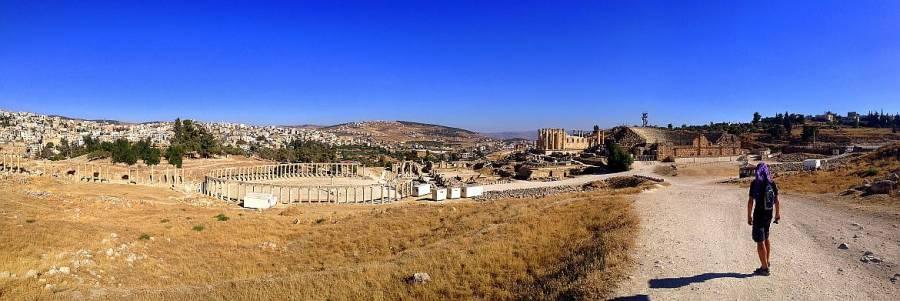 Jordanien | Henning auf einem Weg in Jerash mit Panoramablick auf das runde römische Theater und Tempelruinen