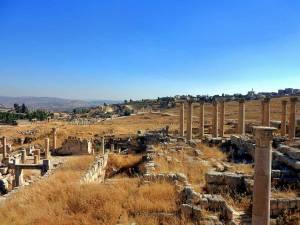 Jordanien | Erhaltene Ruinen von Jerash bei blauem Himmel