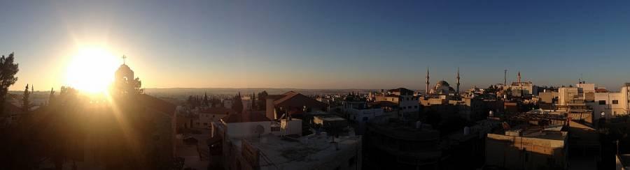 Jordanien | Panorama von der Dachterrasse des Moab Land Hotels in Madaba bei Sonnenuntergang hinweg über die Dächer der Stadt