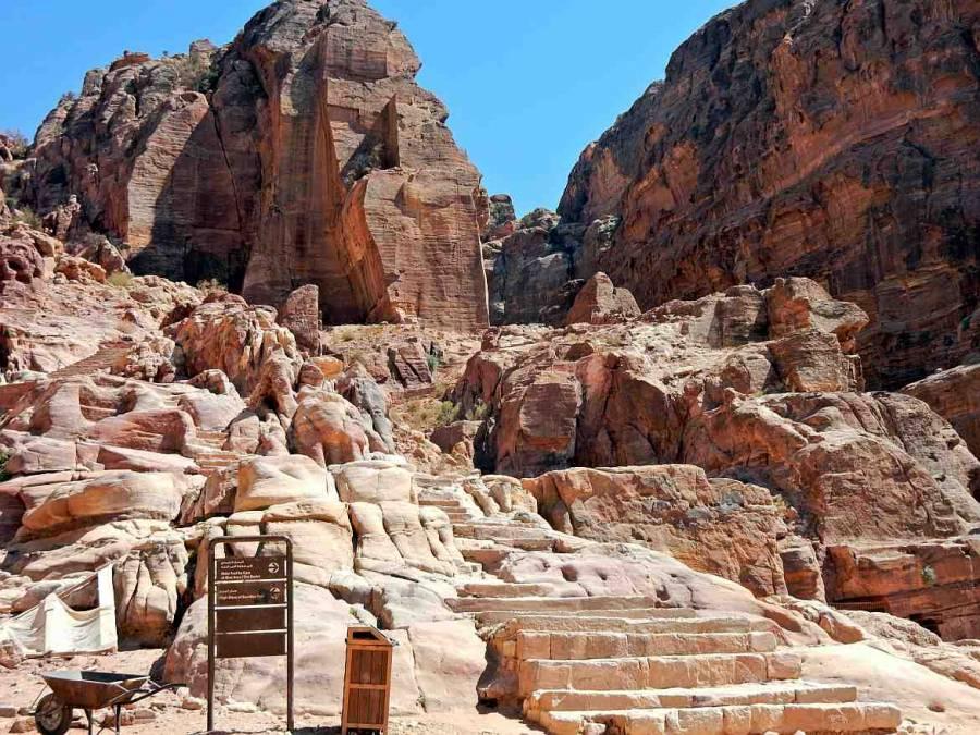 Jordanien | Aufstieg zum Großen Opferplatz im Weltwunder Petra. Abzweig des Weges über die Treppen nach oben zum einzigartigen Panoramapunkt des Großen Opferplatzes