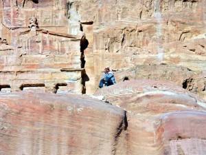 Jordanien | Ein Beduine das Panorama von Petra genießend
