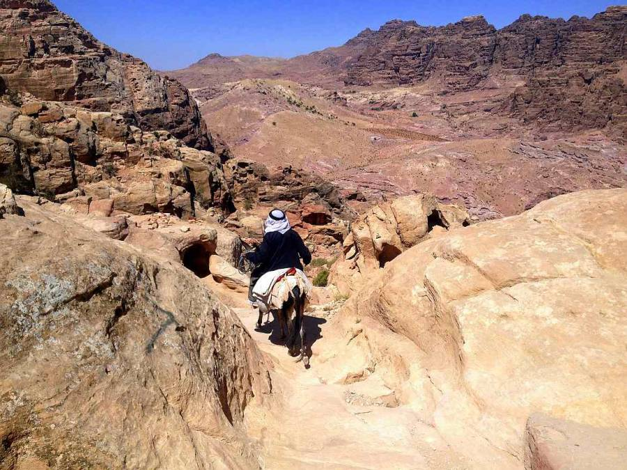 Jordanien | Ein Beduine reitet auf seinem Esel durch das Weltwunder Petra