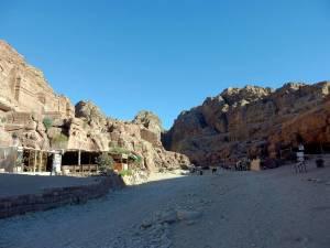 Jordanien | Petra Cafe und Verkaufsstände auf dem Hauptweg in Petra umgeben von Bergen