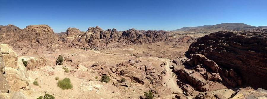 Jordanien | Panoramablick über das Weltwunder Petra. Aufnahme vom Berg des Großen Opferplatzes über die roten Berge in der Wüste bei blauem Himmel