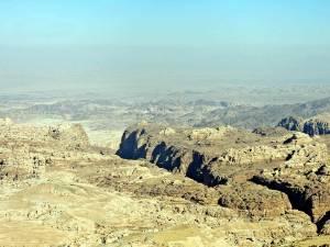 Petra Jordanien | Panoramablick auf Wadi Arabica. Verschiedene grau und gelb Töne der Bergwelt in der Wüste bei blauem Himmel fotografiert vom Panoramapunkt beim Kloster Ad Deir in Petra