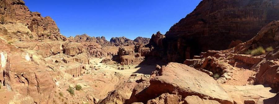 Jordanien | Panoramaweg in Petra vom Großen Opferplatz zum Kloster Ad Deir. Ein schmaler Pfad führt durch die roten zackigen Berge bei blauem Himmel