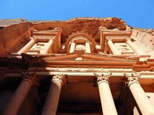 Jordanien | Das Schatzhaus in Petra. Nahaufnahme der roten Säulen von unten nach oben fotografiert