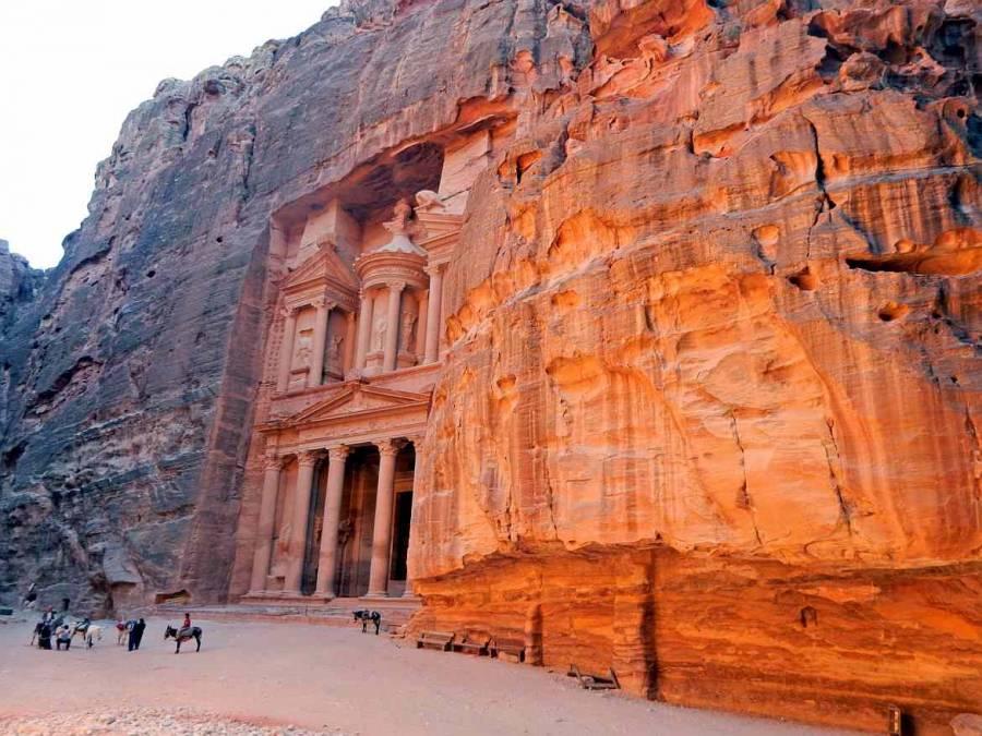 Jordanien | Das Schatzhaus im Weltwunder Petra als Panorama im Schatten
