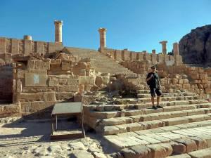 Jordanien | Henning steht auf den Stufen der Treppe von alten erhaltenen steinigen Tempelruinen in Petra