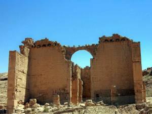 Jordanien | Erhaltener Torbogen in Petra bei blauem Himmel