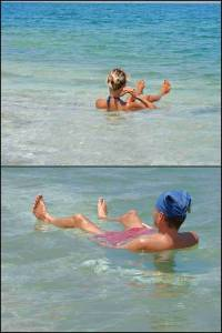Jordanien | Karin und Henning aufgrund des hohen Salzgehalt im türkisfarbenen Wasser sitzend beim Baden im Toten Meer