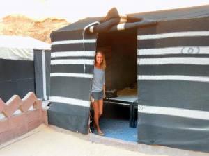 Jordanien | Das Zelt unseres Beduinencamps im Wadi Rum. Karin steht am Eingang zum Zelt