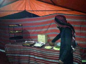 Jordanien | Abendessen im Beduinencamp im Wadi Rum. Mehedi unser Guide erklärt die Speisen am Buffet