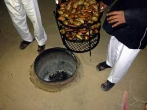 Jordanien | Traditionelles Essen im Beduinencamp im Wadi Rum. Im Erdboden gegrilltes Hun, Kartoffeln, Möhren und Zwiebeln