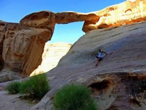 Jordanien | Kleiner Um Fruth Bogen im Wadi Rum. Berge, die einen Bogen darstellen auf den Karin gerade geklettert ist