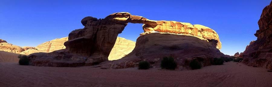 Jordanien | Panorama des kleinen Um Fruth Bogen im Wadi Rum. Rote Bergformation, die in der Mitte ein Loch wie hat und einen Torbogen darstellt