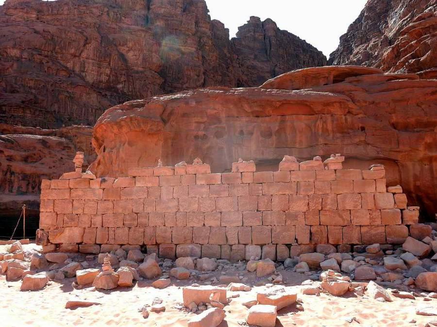 Jordanien | Lawrence House im Wadi Rum. Ein aus roten Steinen gemauerter kleiner Unterschlupf, umgeben von Bergen