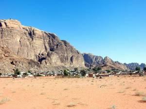 Jordanien | Wadi Rum Village der Ausgangsort für Wüsten-Touren. Ein kleines Dorf von Beduinen inmitten der Berge der roten Wüste