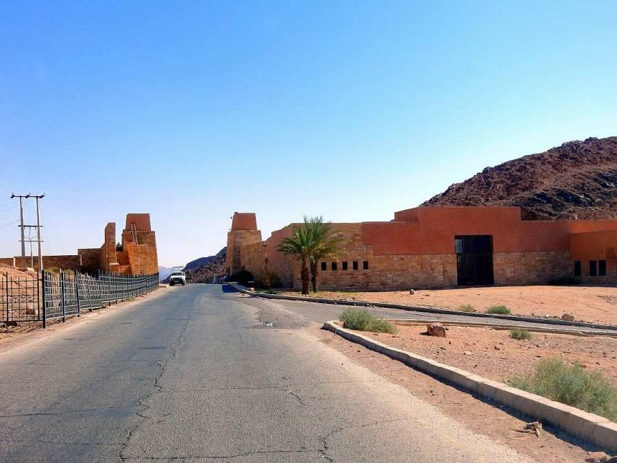 Jordanien | Visitor Center Wadi Rum. Die Straße durch die rote Wüste führt direkt zum flachen Steinbau des Besucherzentrums