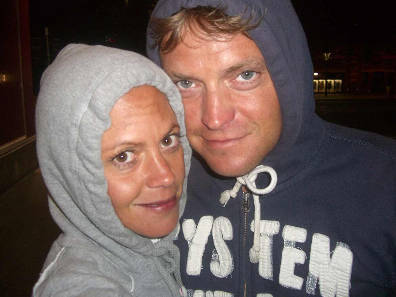 FLASHPACKER | Karin und Henning frierend eingepackt in Kapuzenpullis in Australien