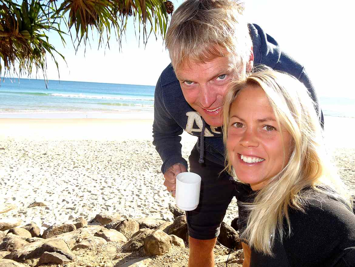 FLASHPACKER | Karin und Henning beim Morgencafé am Strand in Byron Bay in Australien