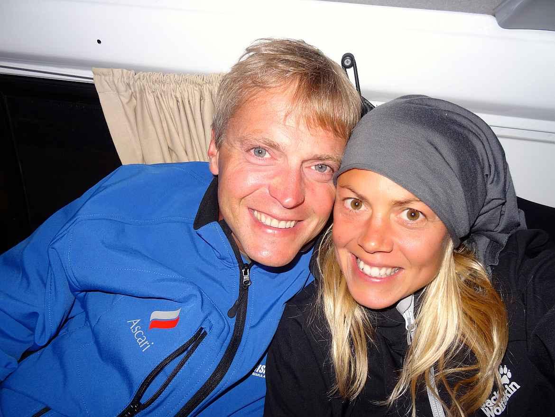 FLASHPACKER | Karin und Henning strahlend in dicken Jacken im Camper in Neuseeland
