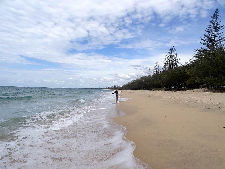 FLASHPACKER | Karin fröhlich hüpfend am Strand in Australien