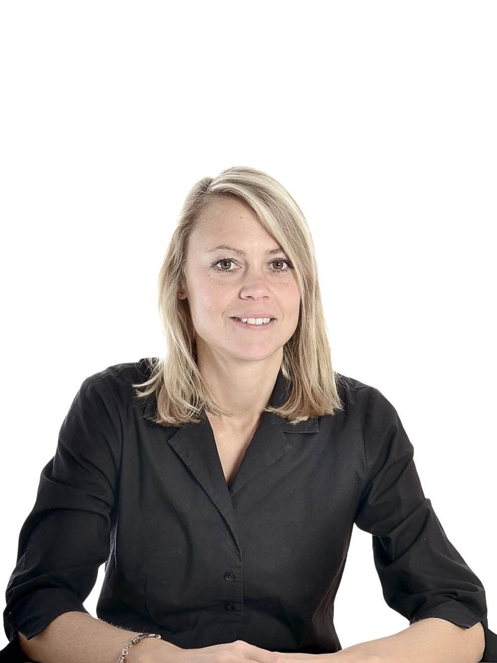 FLASHPACKER | Karin im Business Style mit schwarzer Bluse