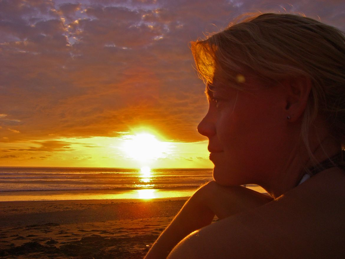 FLASHPACKER | Karin am Strand in Costa Rica beim Sonnenuntergang