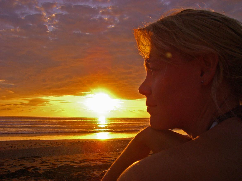 FLASHPACKER | Karin am Strand in Costa Rica beim Sonnenuntergang