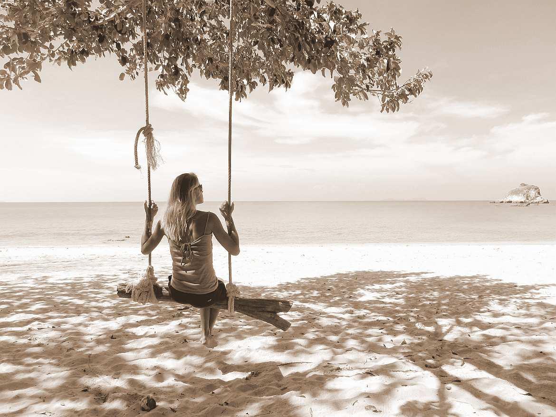 FLASHPACKER | Karin am Strand auf einer Schaukel sitzend mit Blick auf das Meer im Mo Koh Lanta Nationalpark auf Koh Lanta in Thailand