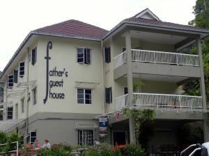 Malaysia | Blick von Außen auf das graue Father´s Guesthouse in Tanah Rata, Cameron Highlands