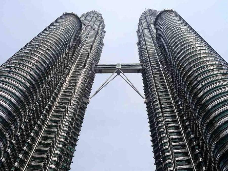 Malaysia | Blick von untern auf die beiden runden Türme Petronas Towers in Kuala Lumpur