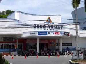 Malaysia | Duty free Shopping nahe des Pantai Cenang Beach in Langkawi. Eingang zu einer Duty free Shopping Mall, parkende Roller im Vordergrund