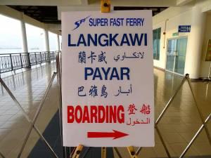 Malaysia | Anleger der Fähre in Kuala Kedah. EIn Schild zeigt den denWeg zum Einstieg