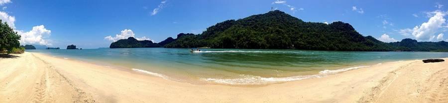 Malaysia | Panorama auf die Bucht am Traumstrand Tanjung Rhu Beach auf Langkawi. Sandstrand, türkisfarbenes Meer, blauer Himmel und Blick auf die gegenüberliegenden thailändischen von Urwald bewachsenen grünen Inseln